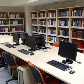 Open-plan βιβλιοθήκη με πρόσβαση στις μεγαλύτερες ηλεκτρονικές βάσεις δεδομένων